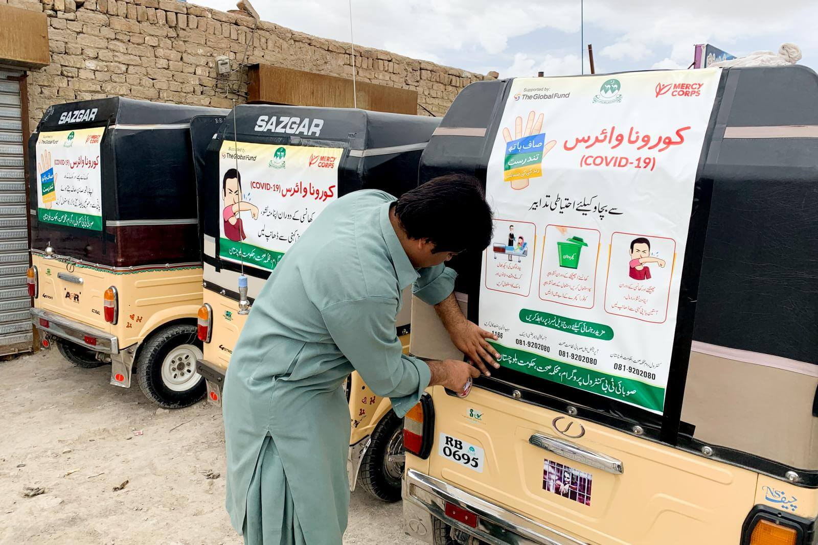 Mercy Corps usa tuk tuks (similares a las mototaxis) para mostrar y compartir guías para reducir la propagación de COVID-19 en Pakistán